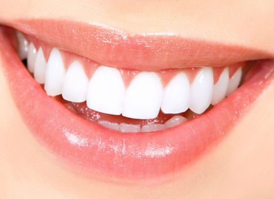 Simple home remedies to get the white teeth